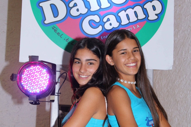 1487845645-campamento-dance-ni%C3%B1as-pose-sonrisa